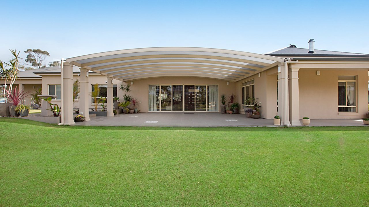 Creative-Outdoors-Curved-Roof-Pergola-in-Cockatoo-Valley-1